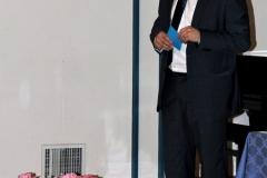 ravnatelj pri nagovoru občinstva