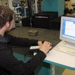 Izvajanje meritev na sodobnem merilnem stroju.